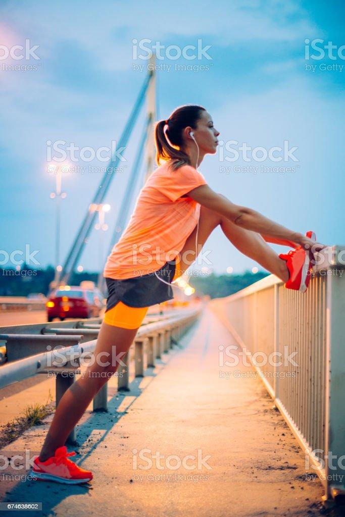 Training und stretching an heißen Sommerabend Lizenzfreies stock-foto