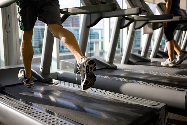 training im fitnessraum - bein tag routine stock-fotos und bilder