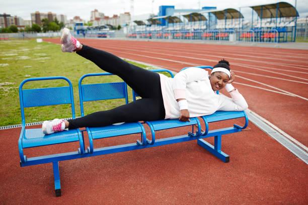 trainieren auf bank - damen leggings übergrößen stock-fotos und bilder