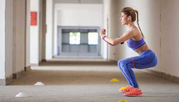 fitnesstraining mit gummiband - armband i gummi stock-fotos und bilder