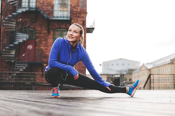 mulher de exercício ao ar livre - young woman running city imagens e fotografias de stock