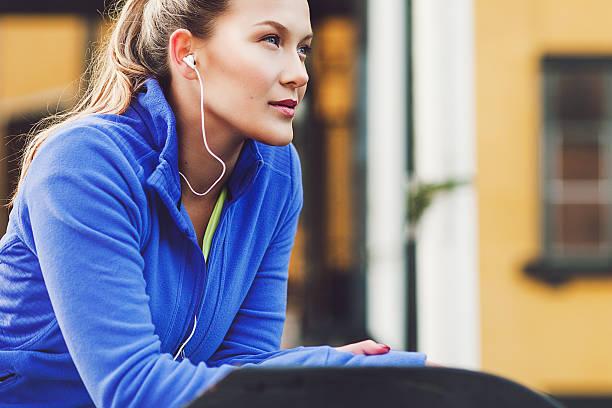 femme faisant de l'exercice en plein air - écouteurs intra auriculaires photos et images de collection