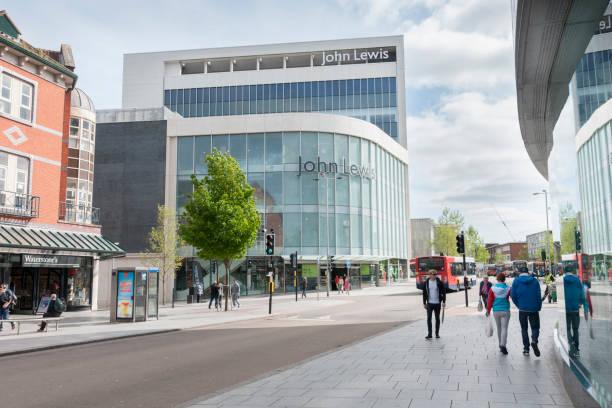 埃克塞特市中心與人購物和步行上下公共汽車在視線和約翰·路易士商店看到 - john lewis 個照片及圖片檔