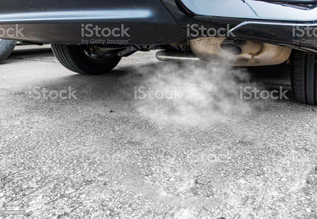 Gases de escape de coche negro, concepto de contaminación del aire. - foto de stock