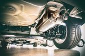 排気管と technik - 車の下を見る