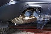排気パイプのカー噴き出すの汚染。