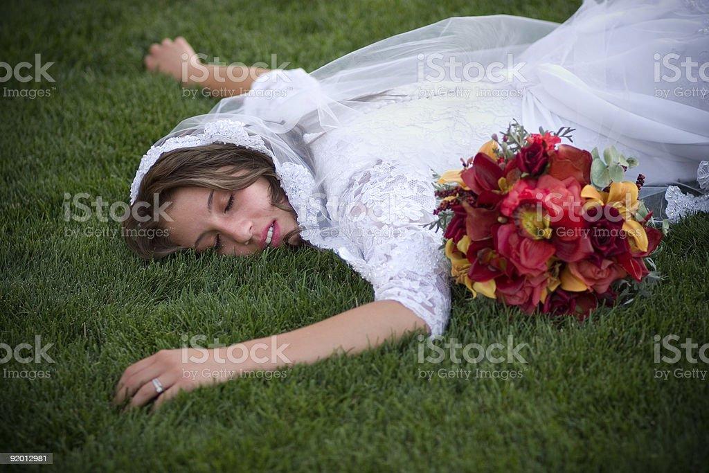 ersch pft braut mit blumenstrau liegen auf gras mit dem gesicht nach unten stock fotografie und. Black Bedroom Furniture Sets. Home Design Ideas