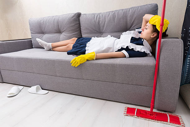 esausta pulizia rilassante sul posto di lavoro - divano procrastinazione foto e immagini stock