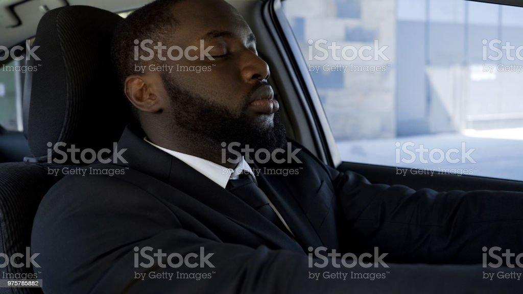 Aktive Way of Life schwarzen Mann erschöpft Einschlafen in Auto, müde von der Arbeit - Lizenzfrei Afro-Amerikanischer Herkunft Stock-Foto