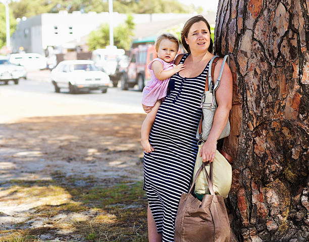 ziemlich schwangere mutter versucht zu bewältigen, kleinkinder und einkaufsmöglichkeiten - kleinkind busy bags stock-fotos und bilder