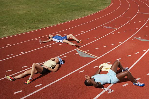 exhausted runners on track - niederlage stock-fotos und bilder
