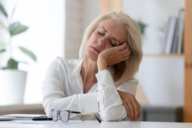 精疲力竭的高級女商人在工作場所睡著了 - 損失 個照片及圖片檔