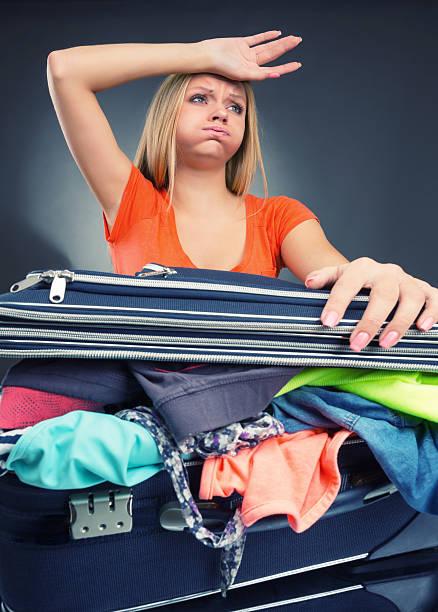 épuisé jeune femme emballage des bagages - valise humour photos et images de collection