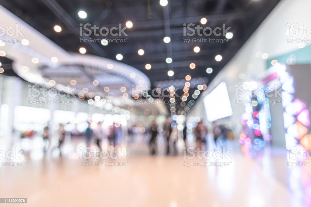 展示会イベントホールぼかしトレードショービジネスの背景, 世界または国際的なエキスポショーケース, テックフェア, ぼやけた出展者トレードショーブースで人々の群衆と製品を表示 - からっぽのロイヤリティフリーストックフォト