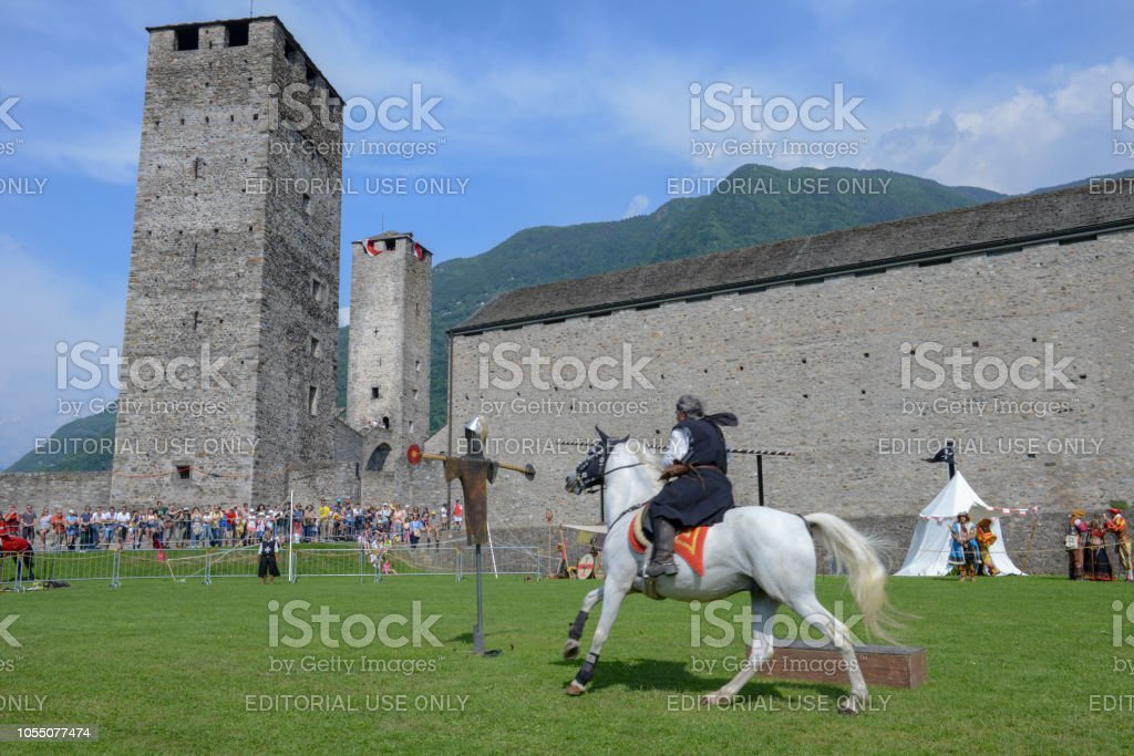 Exhibition of medieval knights at Castelgrande castle at Bellinzona, Switzerland - foto stock