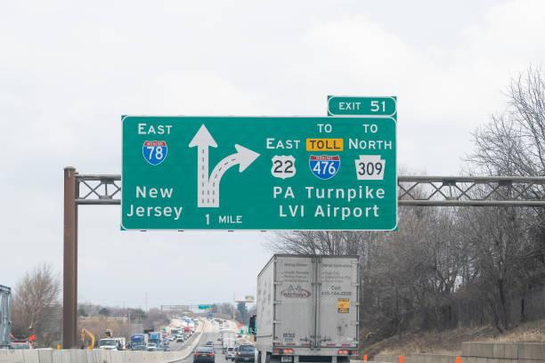 ausfahrtsschild auf der autobahn 78 östlich in pennsylvania mit autoverkehr am bewölkten tag für new jersey - pickup trucks stock-fotos und bilder