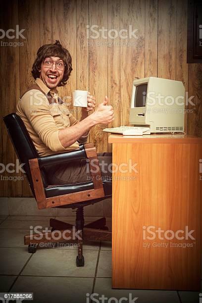 Verlassencomputer Dorky Nerdarbeiter Am Schreibtisch Stockfoto und mehr Bilder von 1980-1989