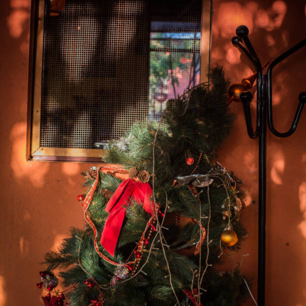 exotische weihnachten - orangenscheiben trocknen stock-fotos und bilder