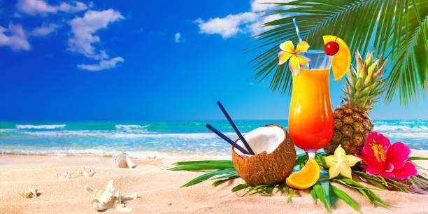 Exotische Cocktails serviert am Strand – Foto