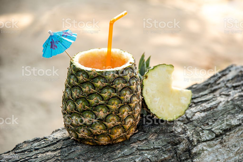 drink esotico in un ananas - foto stock