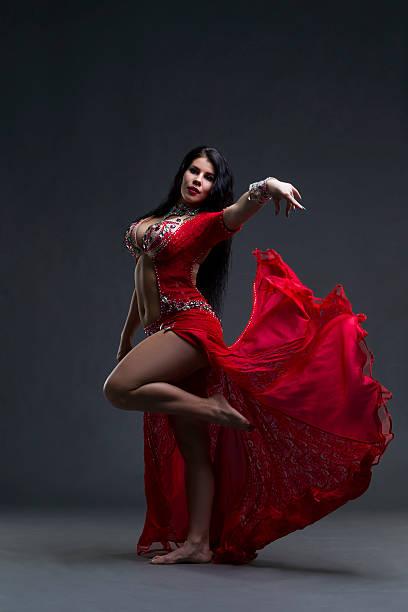 Exotische östliche Frauen führt Bauchtanz im ethnischen roten Kleid – Foto