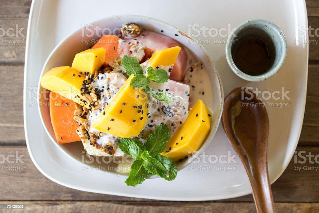 Exotischer Früchtesalat mit Müsli und Joghurt – Foto