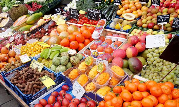 exotische früchte und gemüse zu verkaufen - naschmarkt stock-fotos und bilder
