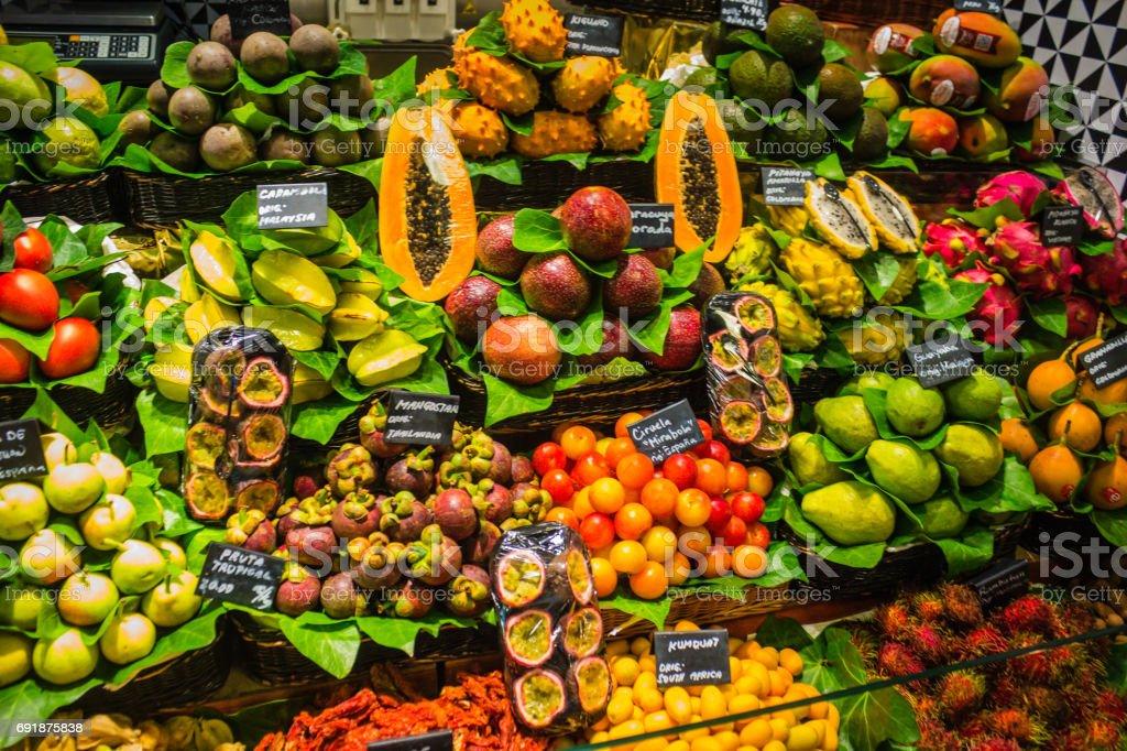 Frutas exóticas en un mercado de Barcelona - foto de stock