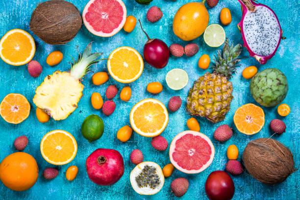 exotische früchte auf lebendige konkrete schiefer, flach zu legen - kaktusfrucht stock-fotos und bilder
