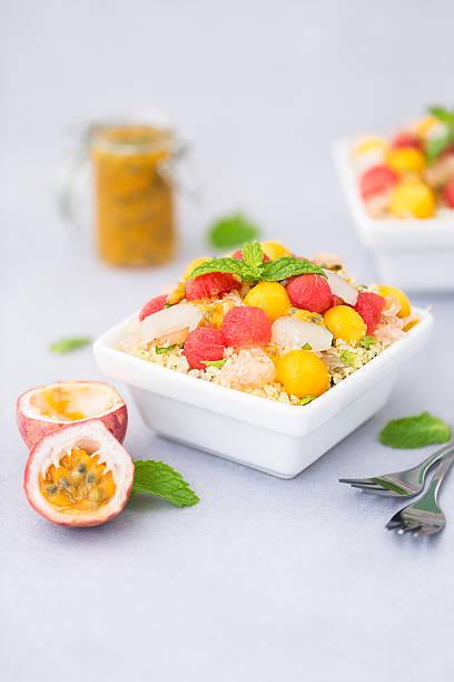 exotische früchte taboulé - couscous salat minze stock-fotos und bilder