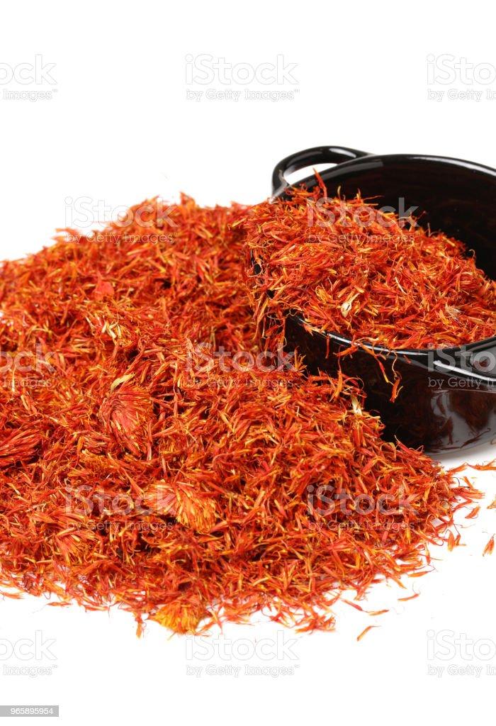 Exotische rode hete spice, saffraan voor het kleuren van levensmiddelen. achtergrond. geïsoleerd. Gedroogde saffraan kruid op zwarte achtergrond. Rauwe biologische stamper poeder saffraan zijn verspreid op de tafel. Rode saffraan Spice - Royalty-free Aromatherapie Stockfoto