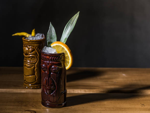 exotische tropische tiki cocktails auf schwarzem hintergrund - plants of zombies stock-fotos und bilder