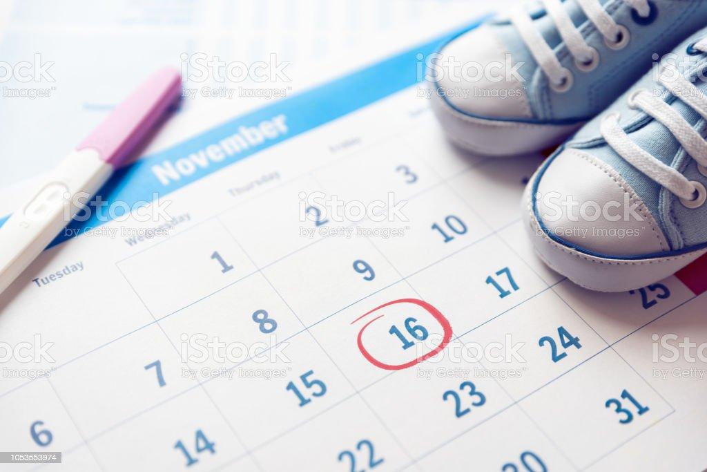 Esperar un concepto de bebé calendario - foto de stock