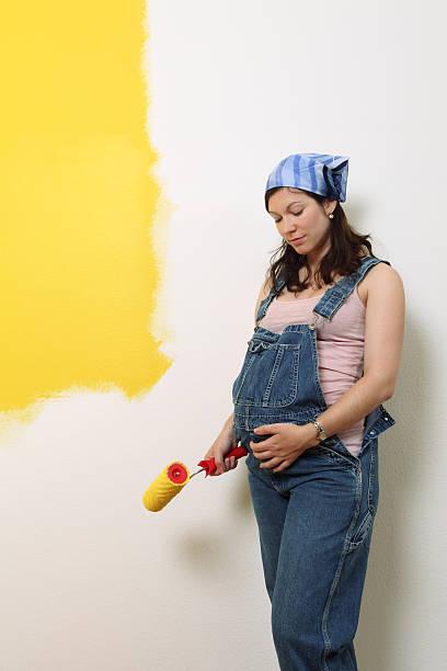 werdende mutter malen - latzhose für schwangere stock-fotos und bilder
