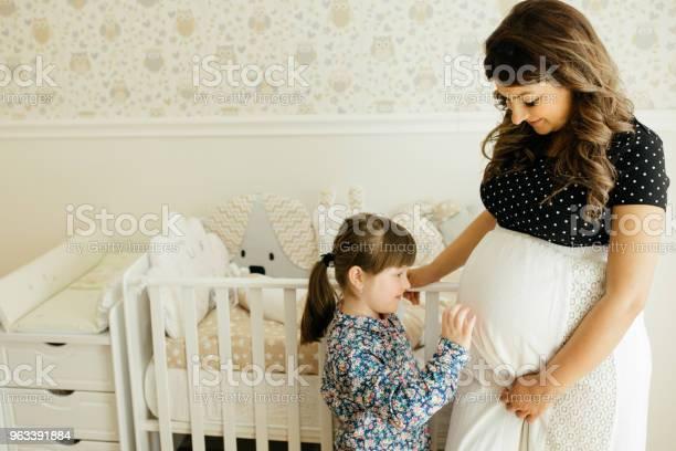 Oczekiwanie Nowego Członka Rodziny - zdjęcia stockowe i więcej obrazów 20-29 lat