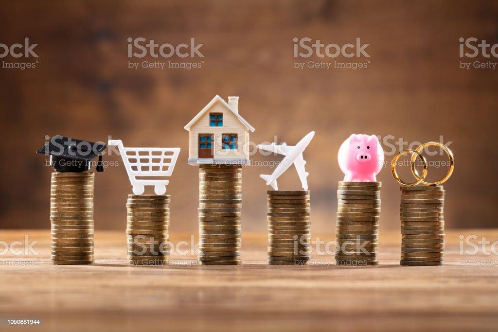 Kosten-Symbol auf Stapel von Münzen – Foto