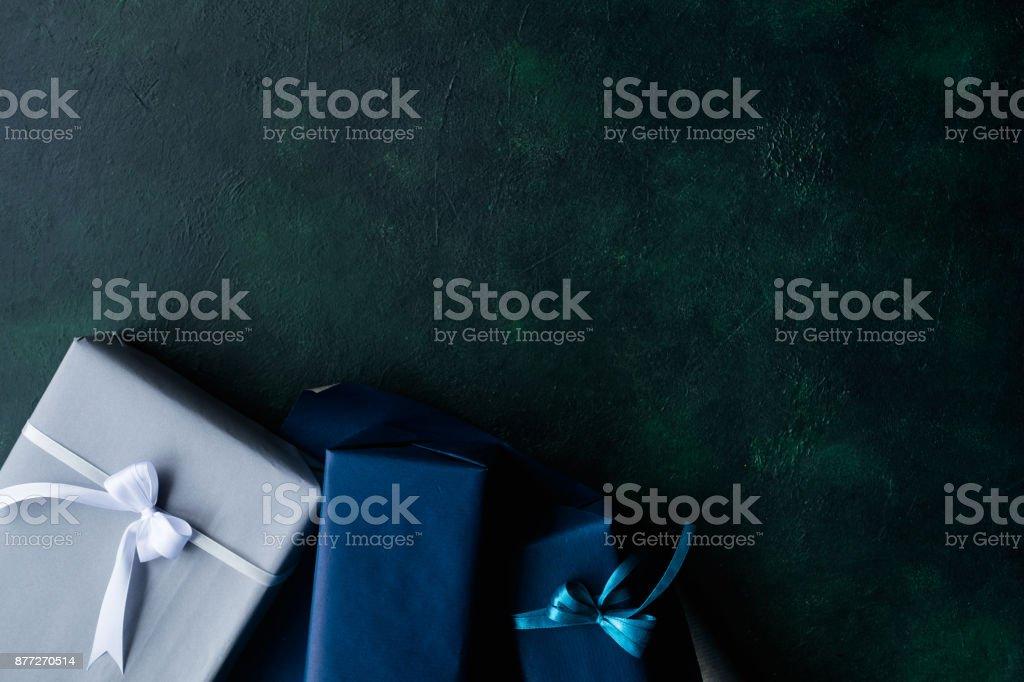 cher cadeau pour les hommes riches sur fond foncé - Photo