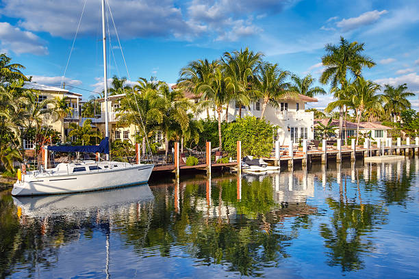 Expensive yacht and homes in Fort Lauderdale Luxurious yacht and waterfront homes in Fort Lauderdale, Florida intercostal space stock pictures, royalty-free photos & images