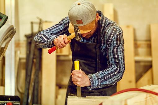 Experienced Carpenter Work In Workshop - zdjęcia stockowe i więcej obrazów Deska