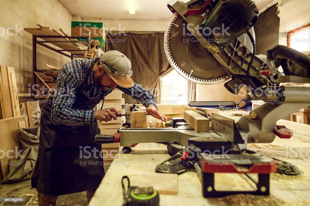 Charpentier expérimenté travail en atelier - Photo de Acier libre de droits