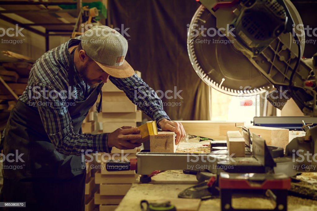 워크샵에서 경험 있는 목수 일 - 로열티 프리 갈색 스톡 사진