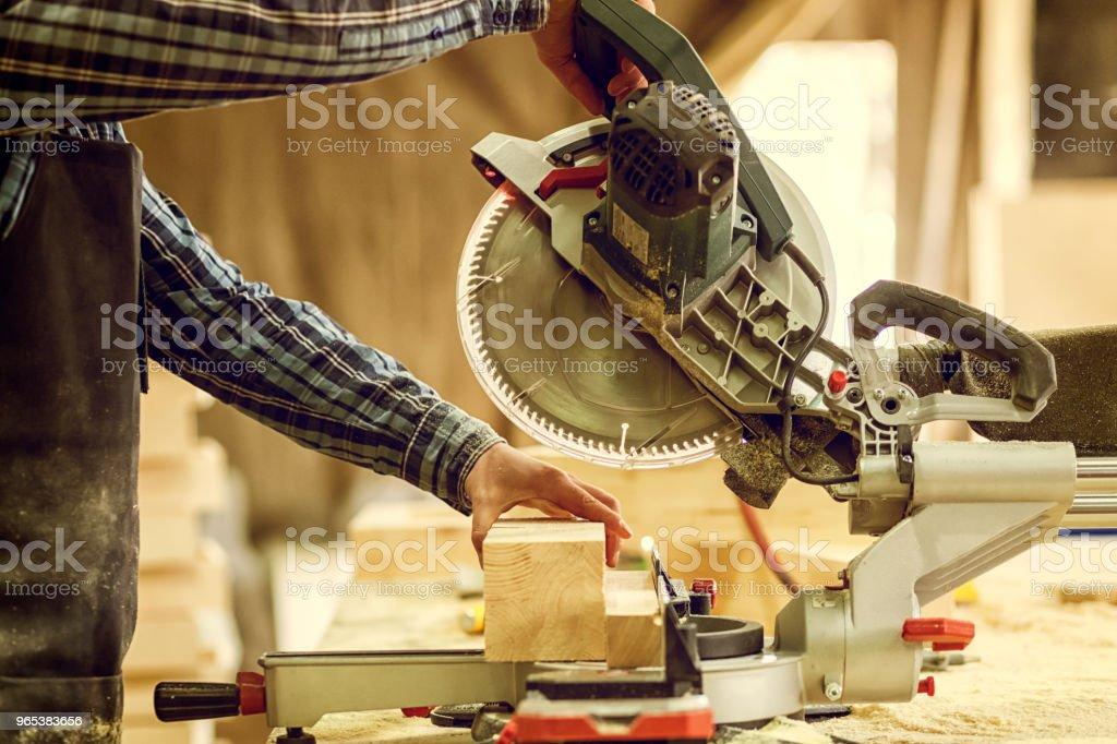 Charpentier expérimenté travail en atelier - Photo de Adulte libre de droits