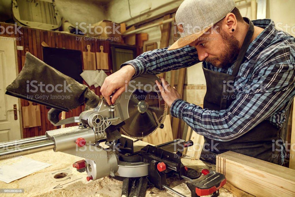 Erfahrenen Tischler arbeiten in Werkstatt - Lizenzfrei Arbeiten Stock-Foto