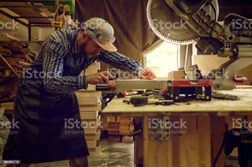 有經驗的木匠工作在車間裡 - 免版稅一個人圖庫照片
