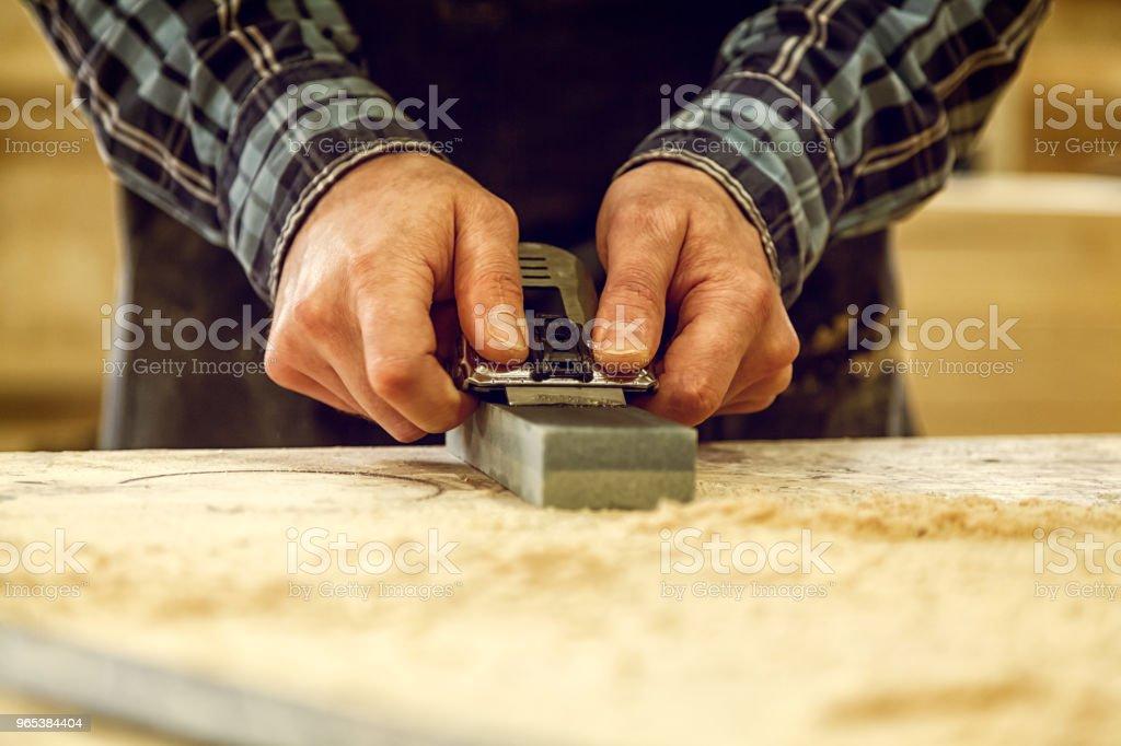 Erfahrenen Tischler arbeiten in Werkstatt - Lizenzfrei Alt Stock-Foto
