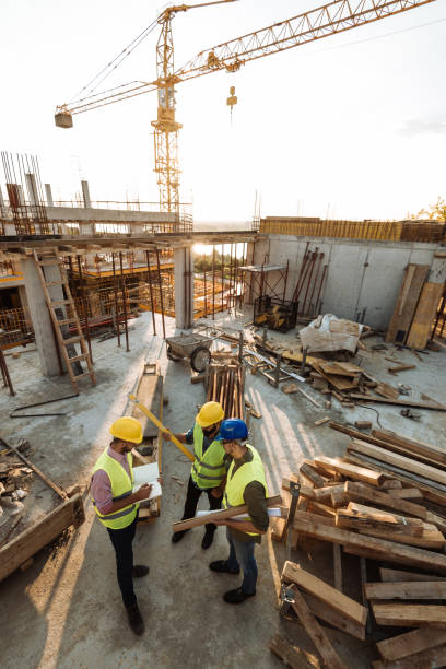 Erfahrener Ingenieur erläutert die Probleme bei Bauarbeiten – Foto