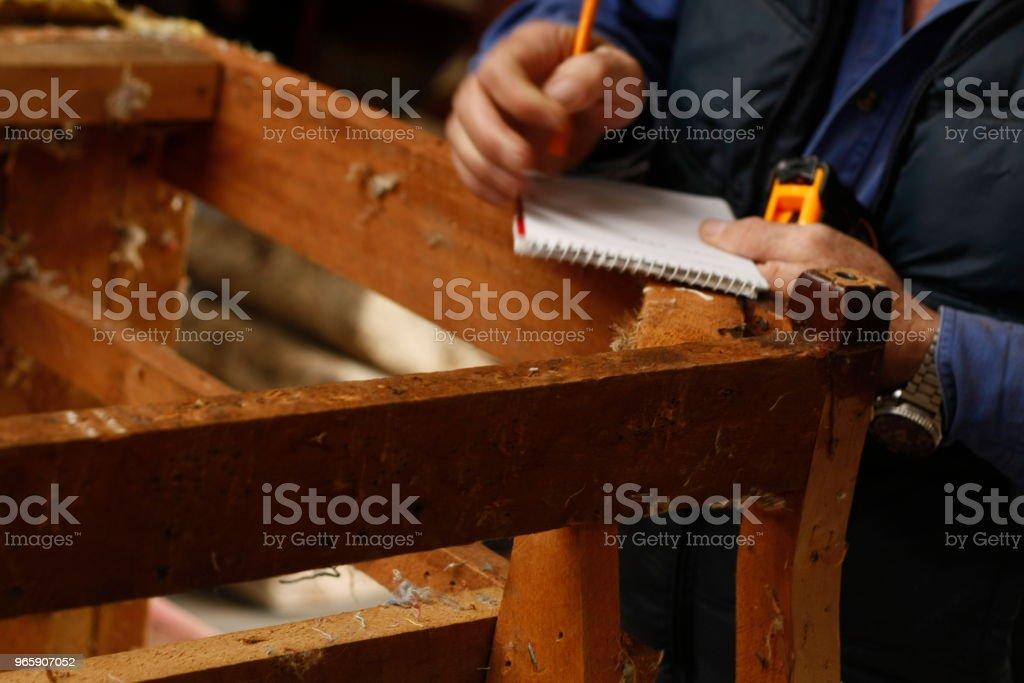 erfarna händer av en australisk Man reparera och återställa en trästol, förbereder den för vara klädda i sin lokala butik - Royaltyfri Antik Bildbanksbilder