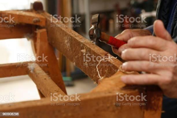Ervaren Handen Van Een Australische Man Herstellen En Terugzetten Van Een Houten Stoel Voorbereiden Om Te Worden Bekleed In Hun Lokale Winkel Stockfoto en meer beelden van Alleen mannen