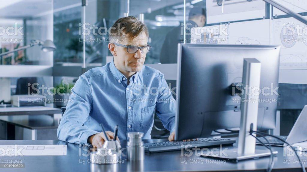 Ingénieur industriel travaillant sur ordinateur personnel dans