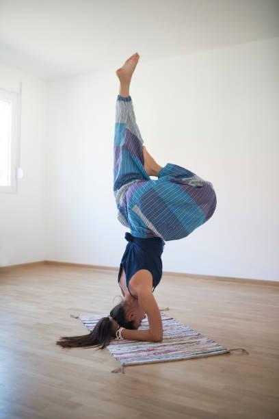 erfahrener yogi mädchen - pumphose stock-fotos und bilder